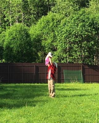 Папа играет с дочкой на даче