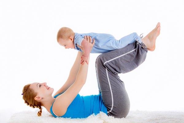Упражнение с грудничком подъем ног