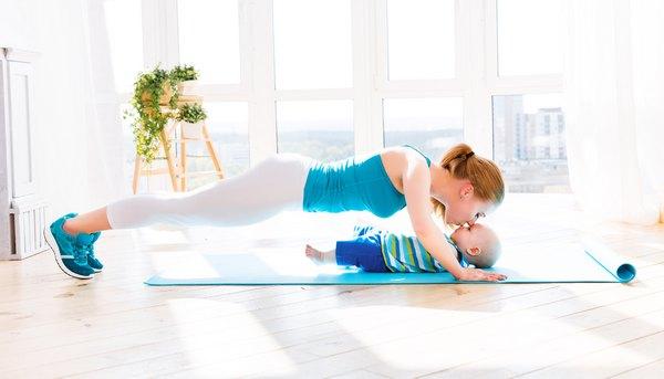 Упражнение с грудничком отжимания
