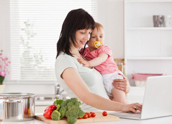 Мама с ребенком за компьютером
