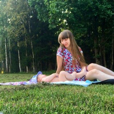 Мама с ребенком в лесу на пикнике