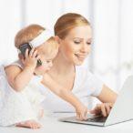 Мама работает за компьютером пока ребенок играет