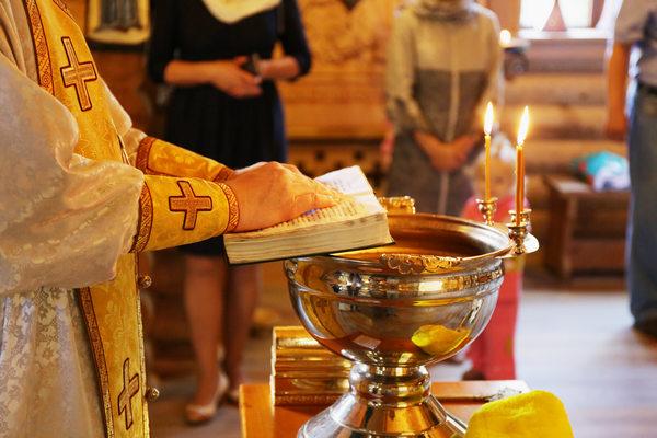Батюшка читает молитвы на Крещении