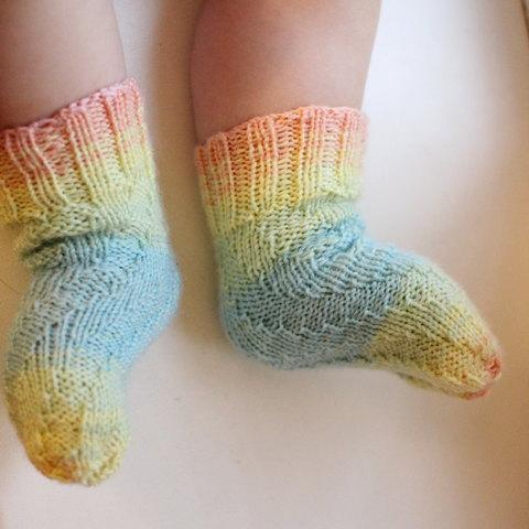Спиральные носки на ребенке