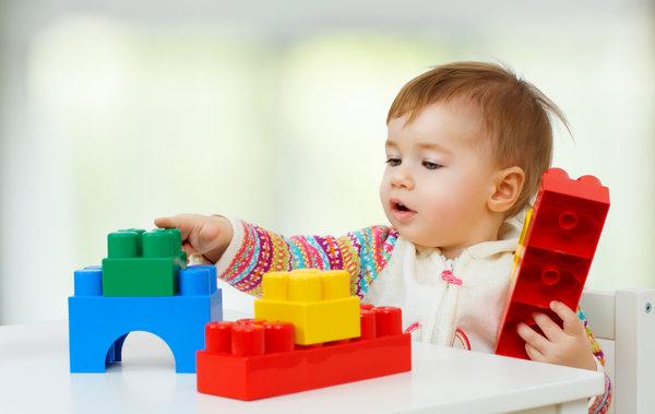 Ребенок играет в развивающие игрушки