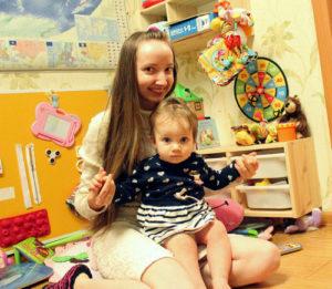 Мама и дочка в детской комнате