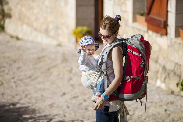 Мама путешествует с ребенком