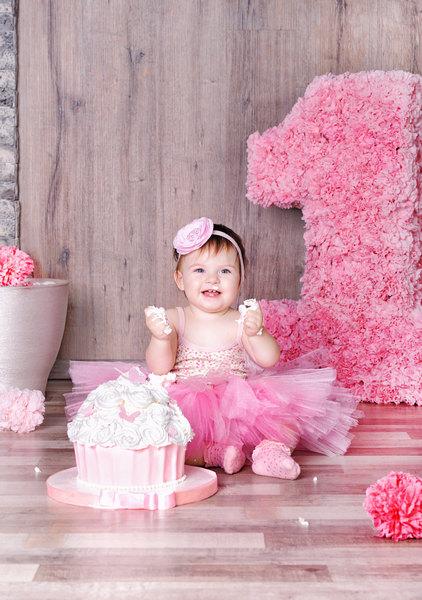 Девочка 1 годик ест торт