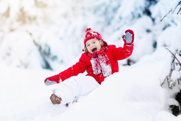 Ребенок активно проводит время на улице зимой