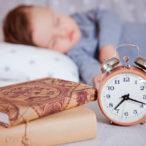 Ребенок спит днем с часами