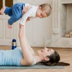 Мама и ребенок активно проводят время