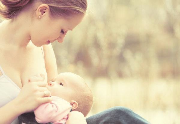 Ребенок и мама на природе