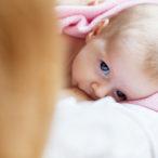 Малыш кушает грудь