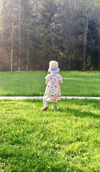 Маленький ребенок на природе
