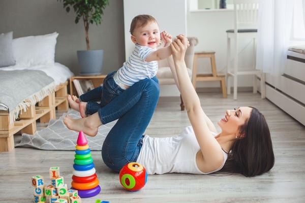 Мама развивает ребенка с помощью игры