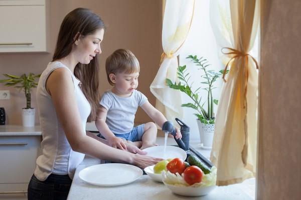 Мама готовит с ребенком на кухне