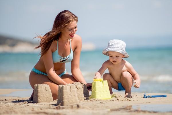 Мама с ребенком на отдыхе в Крыму