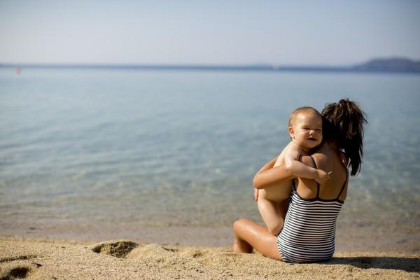 Мама с ребенком на море Кипра