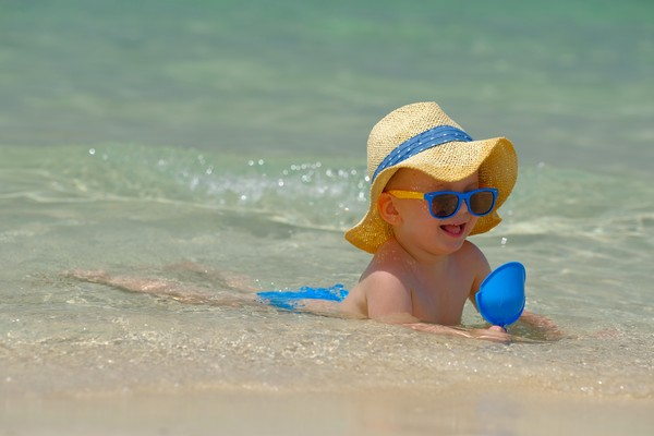 Ребенок отдыхает на море в России