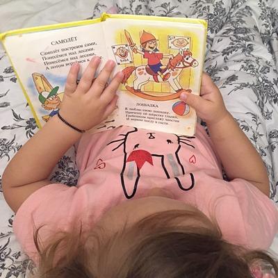 девочка читает книгу стихи барто