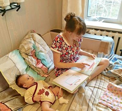 мама читает маленькому ребенку